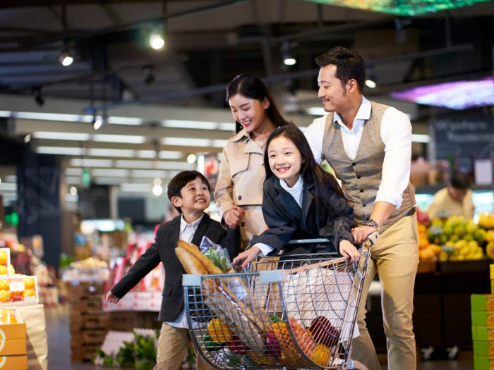 Une famille faisant ses courses dans une épicerie japonaise