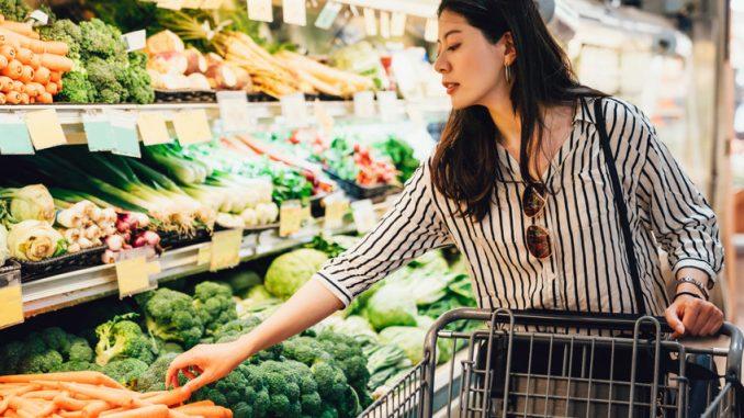 épicerie japonaise : une femme venant du Japon achetant des légumes pendant ses courses